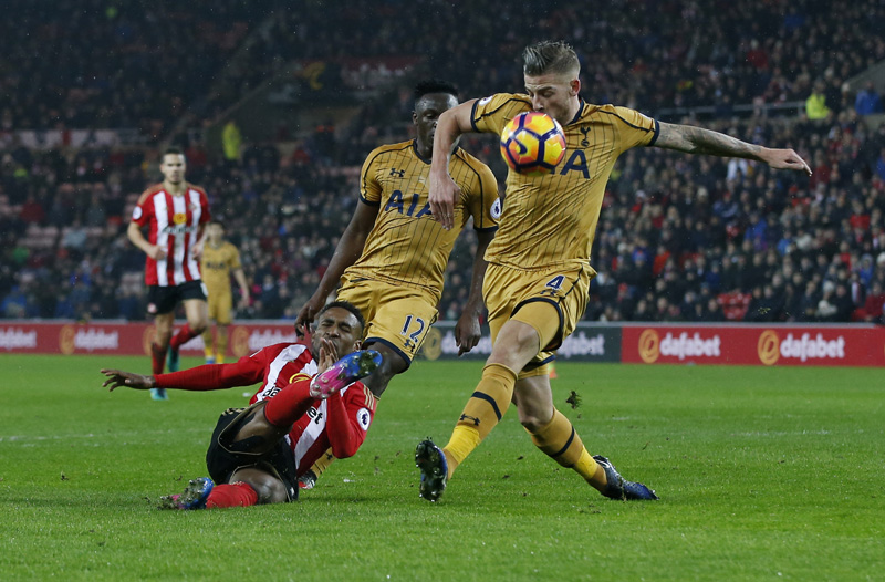 Sunderland's Jermain Defoe in action with Tottenham's Toby Alderweireld. Photo: Reuters