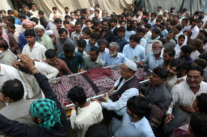 Men and relatives carry the body of a man, who was killed in a suicide blast at the tomb of Sufi saint Syed Usman Marwandi, also known as the Lal Shahbaz Qalandar shrine, during a funeral in Sehwan Sharif, Pakistan's southern Sindh province, on February 17, 2017. Photo: Reuters