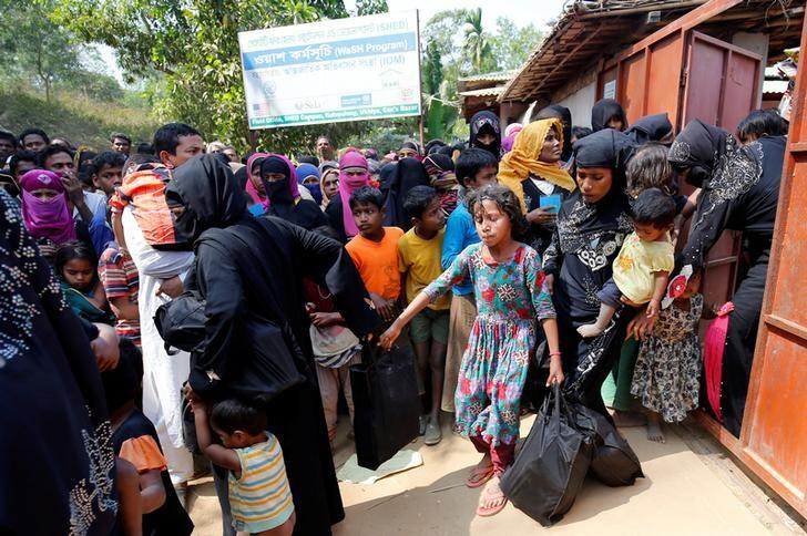 Rohingya refugees collect aid supplies including food and medicine, sent from Malaysia at Kutupalang Unregistered Refugee Camp in Coxu2019s Bazar, Bangladesh, February 15, 2017. REUTERS/Mohammad Ponir Hossain