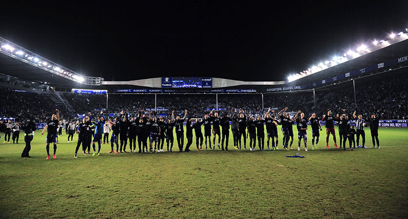 Alaves' team members celebrate after their victory against Celta during the Spanish Copa del Rey semifinal, second leg soccer match between Alaves and Celta, at Mendizorroza stadium, in Vitoria, northern Spain, on Wednesday, Feb. 8, 2017. Alaves won the match 1-0 and will play the Copa del Rey final against FC Barcelona. Photo: AP