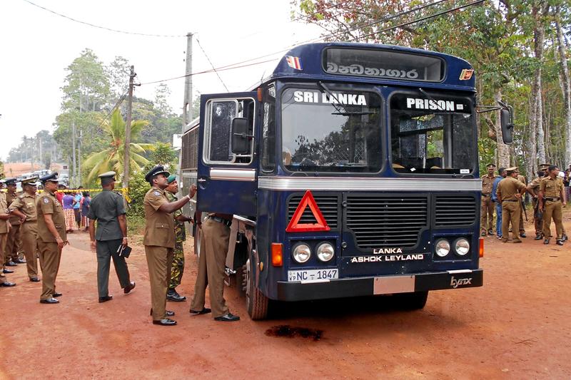 Sri Lanka's police officers inspect a prison bus after gunmen opened fire in Colombo, Sri Lanka February 27, 2017. Photo: Reuters