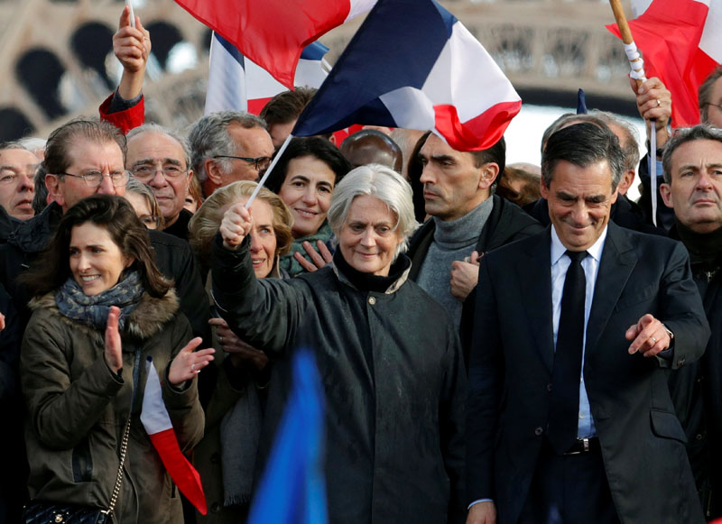 Francois Fillon (right), former French prime minister, member of The Republicans political party and 2017 presidential election candidate of the French centre-right, his wife Penelope (centre) and his daughter Marie (left) attend a meeting at the Trocadero square across from the Eiffel Tower in Paris, France, on March 5, 2017. Photo: Reuters