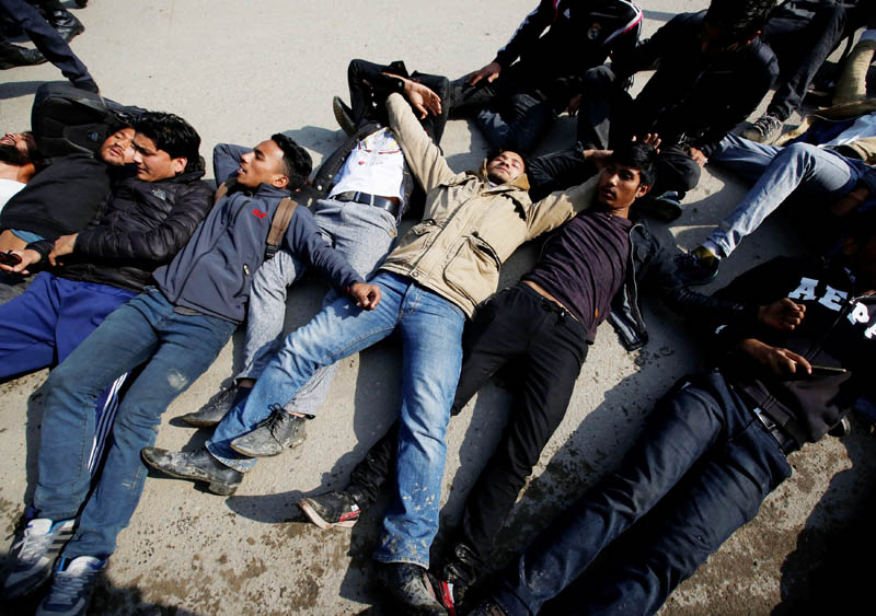 Nepalese youths protest near the Indian Embassy against the incident in which one Nepali man was killed at the India-Nepal border, in Kathmandu, Nepal March 10, 2017. Photo: Reuters