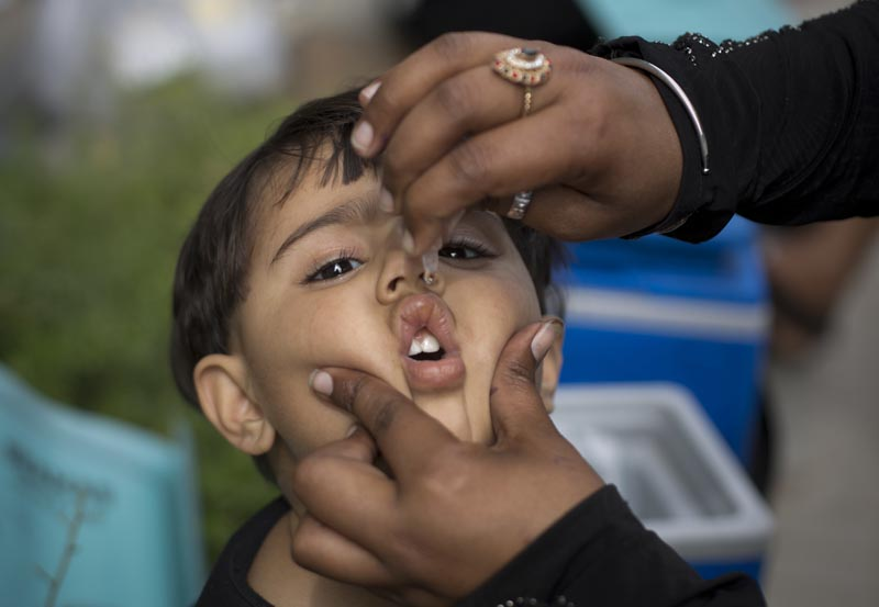 A health worker gives a polio vaccine to a child in Islamabad, Pakistan, Tuesday, March 28, 2017. A Pakistani health official says a special anti-polio drive has been launched in Islamabad after traces of the polio virus were found in the city's sewage system. Photo: AP