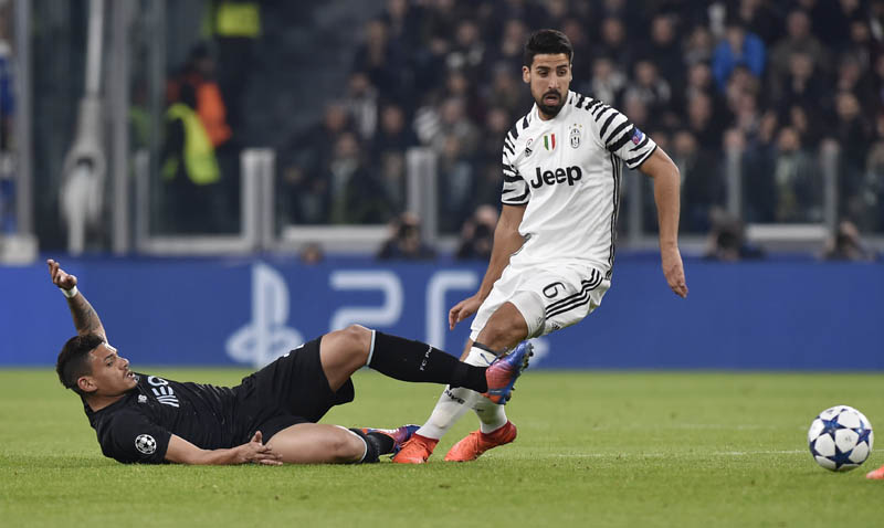 Porto's Tiquinho Soares in action with Juventus' Sami Khedira. Photo: Reuters