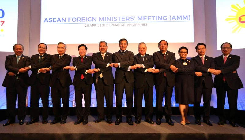 Association of Southeast Asian Nations (ASEAN) Foreign Ministers, from left, Malaysia's Foreign Minister Anifah Aman, Myanmar U Kyaw Tin, Thai Foreign Minister Don Pramudwinai, Vietnam Foreign Minister Pham Binh Minh, Philippine Acting Foreign Affairs Secretary Enrique Manalo, Singapore's Foreign Minister Vivian Balakrishnan, Brunei Darussalam Foreign Minister Pehin Dato Lim Jock Seng, Cambodia's Foreign Minister Prak Sokhon, Laos Foreign Minister Saleumxay Kommasith, ASEAN Secretary General Le Luong Minh link arms as they pose for a family photo during the ASEAN Foreign Ministers Meeting (AMM) in Manila, Philippines, on April 28, 2017. Photo: Reuters