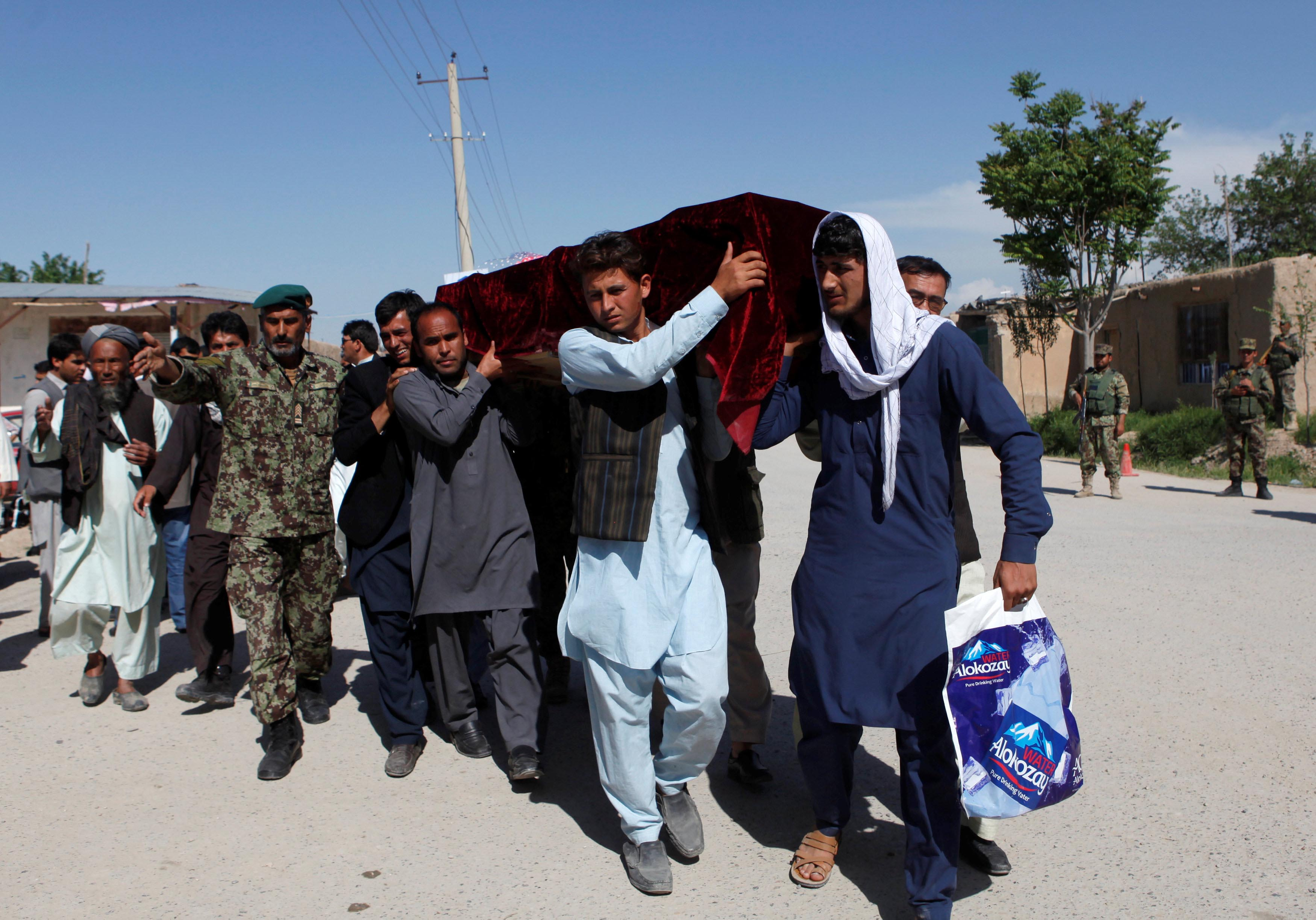 Relatives carry the coffin of one of the victims a day after an attack on an army headquarters in Mazar-i-Sharif, northern Afghanistan April 22, 2017. Photo: Reuters