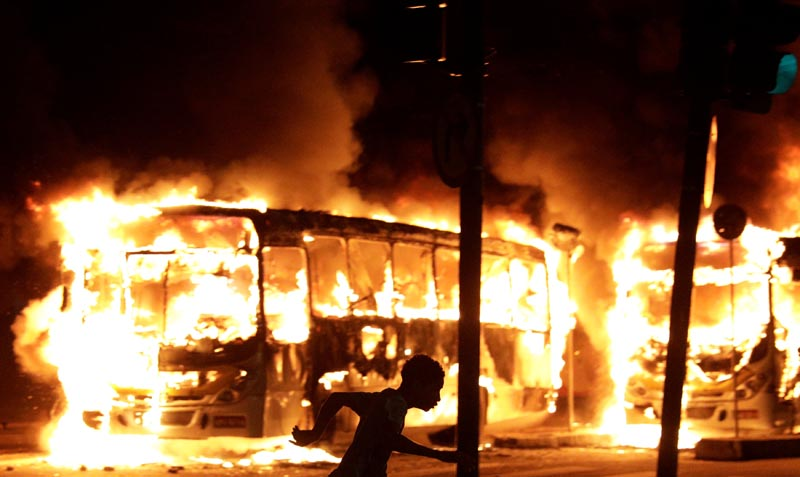 Buses burn during clashes between demonstrators and riot police in a protest against President Michel Temer's proposed reform of Brazil's social security system, in Rio de Janeiro, Brazil, on April 28, 2017. Photo: Reuters