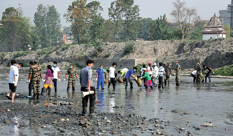 Nepali Army personnel and volunteers participating in the Bagmati clean-up campaign, in Kathmandu, on Saturday, April 29, 2017. Photo: RSS