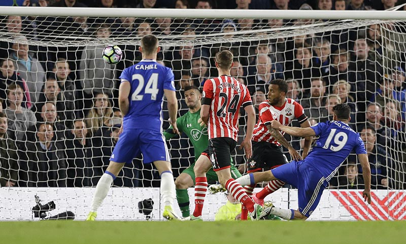 Chelsea's Diego Costa (right) scores a goal during the English Premier League soccer match between Chelsea and Southampton at Stamford Bridge stadium in London, on Tuesday, April 25, 2017. Photo: AP