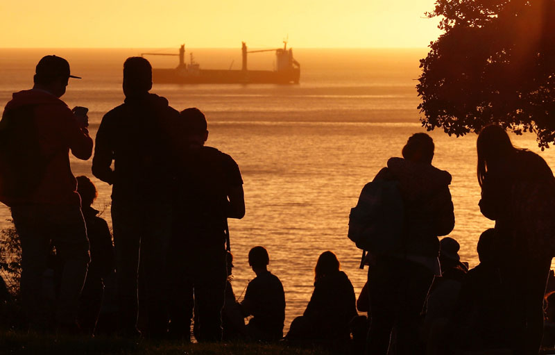 People look out towards the ocean on Cerro Castillo hill, after a mass evacuation of the entire coastline during a tsunami alert after a magnitude 7.1 earthquake hit off the coast in Vina del Mar, Chile on April 24, 2017. Photo: Reuters