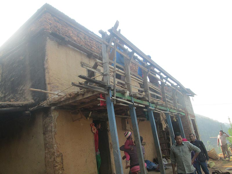 Locals repairing a roof of a house belonging to Dhan Bahadur Kumal in Sera of Byas Municipality-5 in Damauli district, on Monday, April 10, 2017. Photo: Madan Wagle