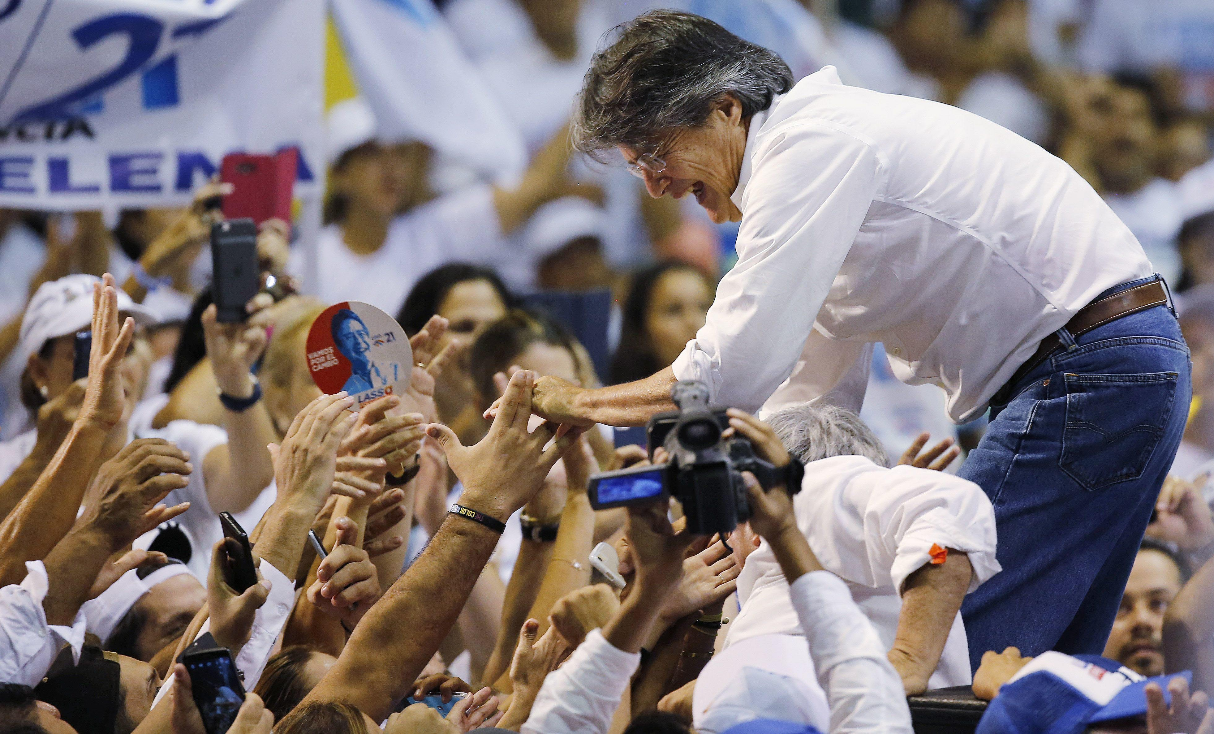 Guillermo Lasso, presidential candidate for the CREO political party, greets the crowd during his closing campaign event ahead of Sunday's presidential runoff election in Guayaquil, Colombia, on Thursday, March 30, 2017. Photo: AP