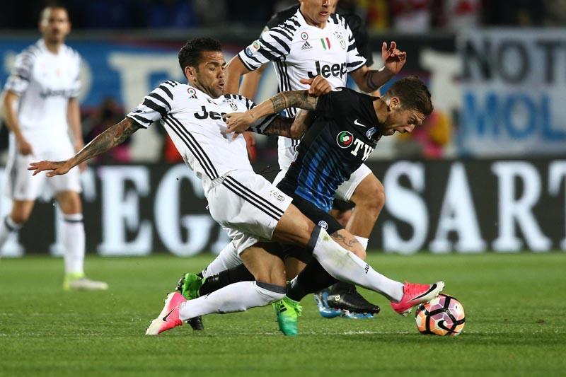Atalanta's Alejandro Gomez (right), is tackled by Juventus' Dani Alves during a Serie A soccer match, in Bergamo, Italy, Friday, April 28, 2017. Photo: Paolo Magni/ANSA via AP