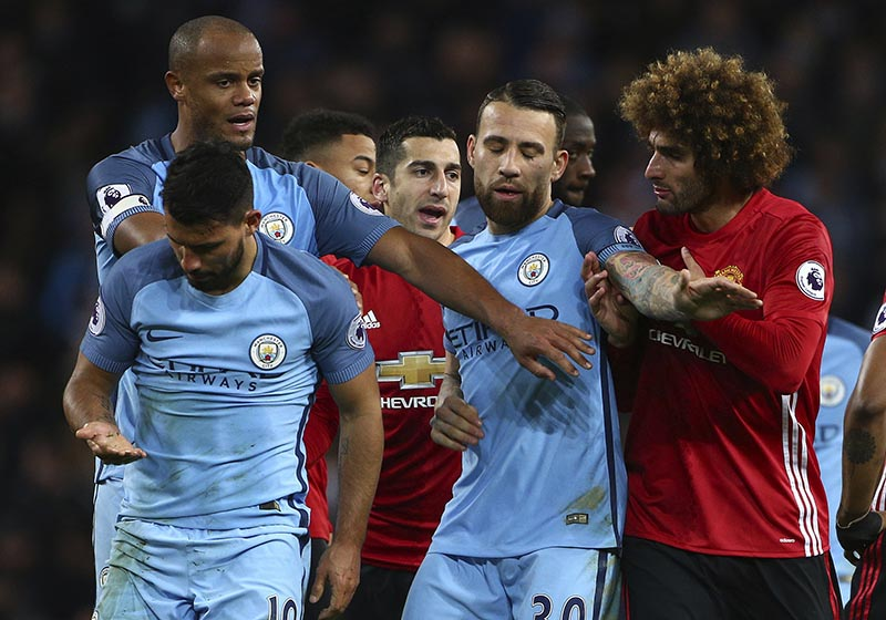 Manchester United's Marouane Fellaini, right, argues with Manchester City's Sergio Aguero (left) during the English Premier League soccer match between Manchester City and Manchester United at the Etihad Stadium in Manchester, England, on Thursday, April 27, 2017. Photo: AP