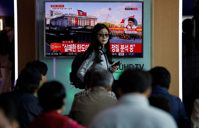 A passenger walks past a TV broadcasting a news report on North Korea's failed missile launch from its east coast, at a railway station in Seoul, South Korea, on April 16, 2017. Photo: Reuters