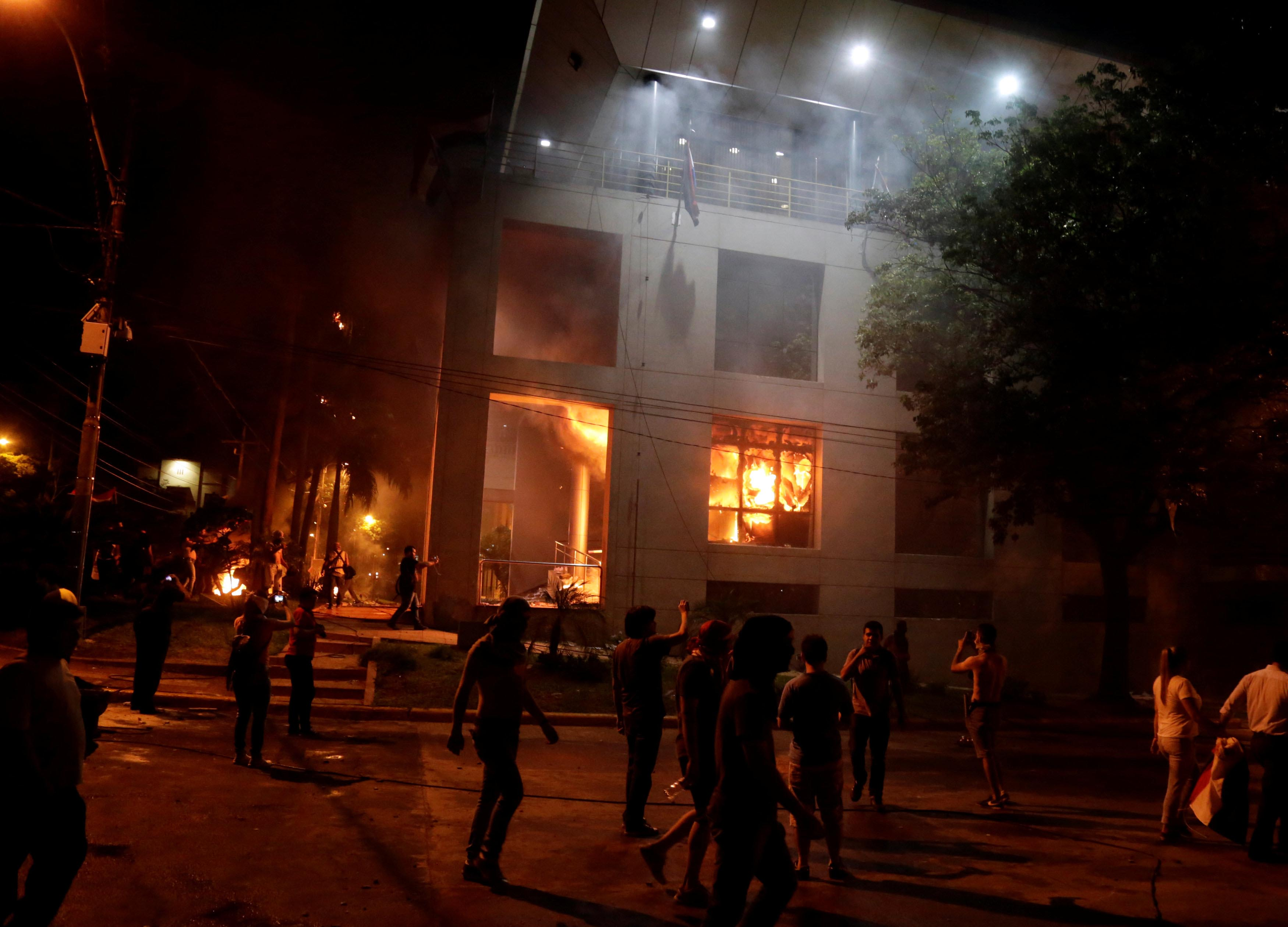 Protestors set fire to the Congress building during a demonstration against a possible change in the law to allow for presidential re-election in Asuncion, Paraguay, on March 31, 2017. Photo: Reuters