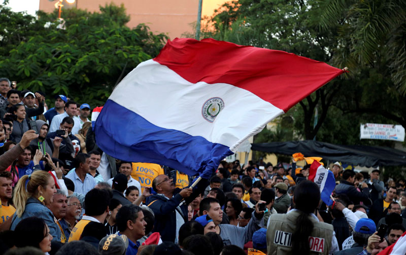 People wave a Paraguayan flag to celebrate the rejection of a proposed amendment to allow presidential second terms, in front of the Paraguayan Congress, in Asuncion, Paraguay, on April 26, 2017. Photo: Reuters