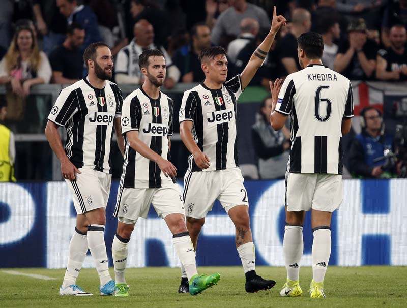 Juventus's Paulo Dybala, second from right, celebrates after scoring his side's second goal during a Champions League, quarterfinal, first-leg soccer match between Juventus and Barcelona, at the Juventus Stadium in Turin, Italy, on Tuesday, April 11, 2017. Photo: AP
