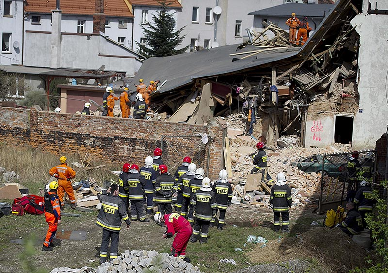 Rescuers and firefighters search for 11 missing people in the rubble of an apartment house that collapsed in Swiebodzice, Poland, on Saturday, April 8, 2017. Photo: AP
