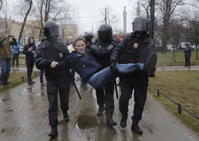 Interior Ministry officers detain a participant of an opposition protest, calling for Russian President Vladimir Putin not to run for another presidential term next year, in St Petersburg, Russia, on April 29, 2017. Photo: Reuters