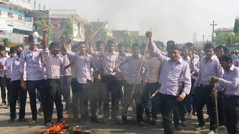 Students demonstrating with the demand for keeping the examination centre for the board exam in Garuda itself in view of the easy access to the centre, in Rautahat, on Tuesday, April 4, 2017. Photo: THT