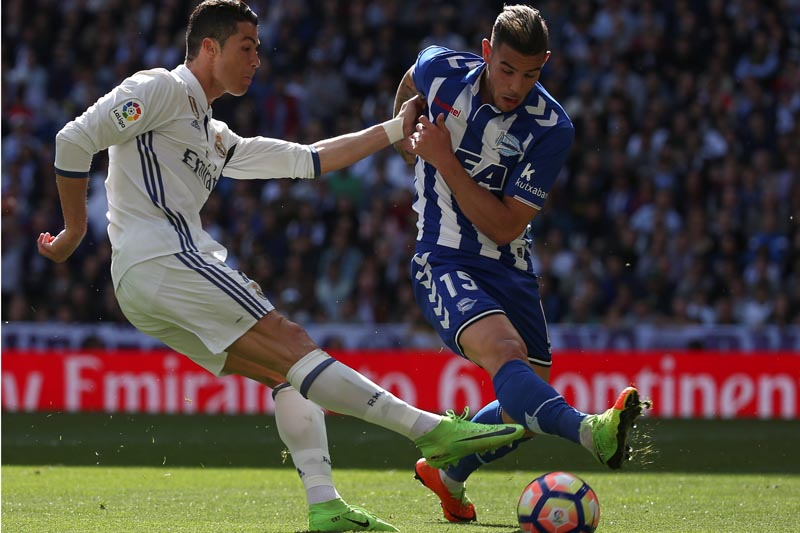Real Madrid's Cristiano Ronaldo (L) and Alaves' Theo Hernandez in action. Photo: Reuters