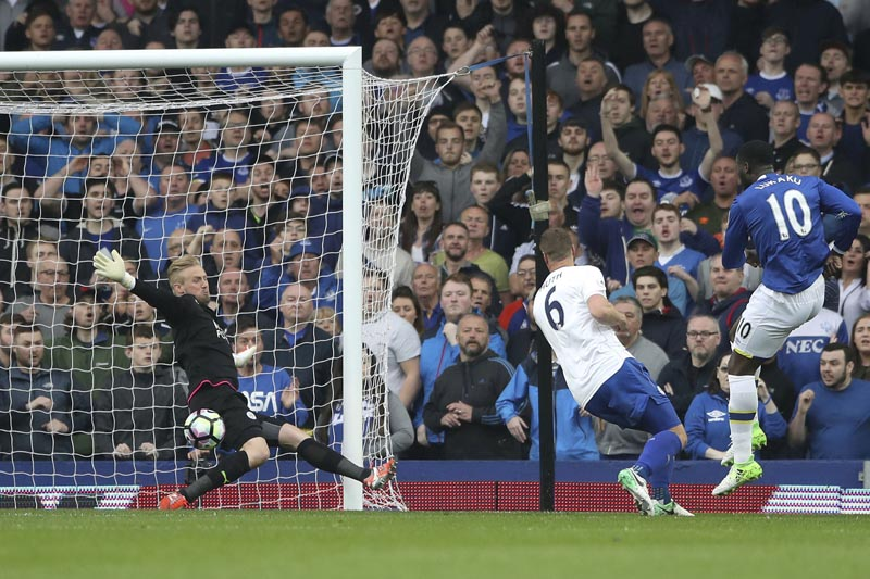 Everton's Romelu Lukaku (right), scores his side's fourth goal of the game against Leicester City during their English Premier League soccer match at Goodison Park in Liverpool, England, on Sunday April 9, 2017.  Photo: AP