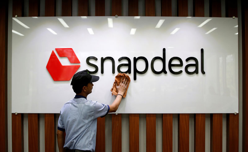 An employee cleans a Snapdeal logo at its headquarters in Gurugram on the outskirts of New Delhi, India, on April 3, 2017. Photo: Reuters