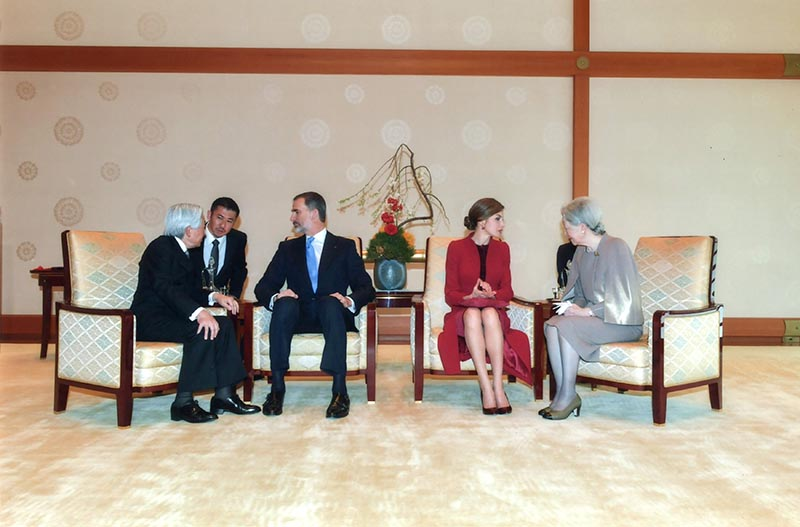 Spain's King Felipe (3rd L) talks with Japan's Emperor Akihito (L) as Queen Letizia (2nd R) talks with Empress Michiko (R) at the Imperial Palace in Tokyo, Japan,on April 5, 2017. Photo: Reuters