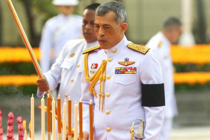 Thailand's King Maha Vajiralongkorn Bodindradebayavarangkun pays his respect to the monument of King Rama I after signing a new constitution in Bangkok, Thailand April 6, 2017. Photo: Reuters