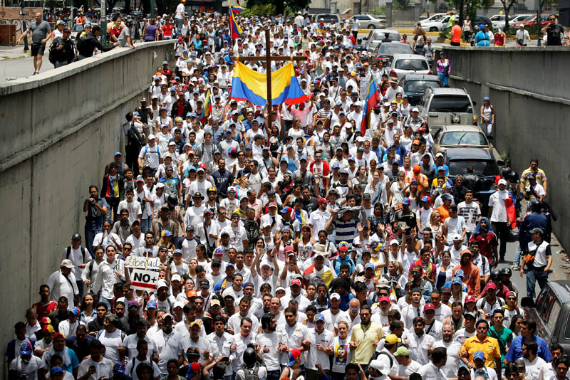 FILE - Demonstrators take part in a rally to honor the victims of violence during the protests and against Venezuela's President Nicolas Maduro's government in Caracas, Venezuela, on April 22, 2017. Photo: Reuters