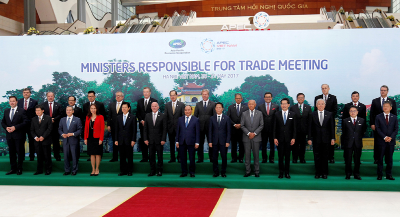 Vietnam's Prime Minister Nguyen Xuan Phuc (C, front) poses for a photo with APEC trade ministers during the APEC Ministers Responsible For Trade (APEC MRT 23) meeting in Hanoi, Vietnam, May 20, 2017. Photo: Reuters