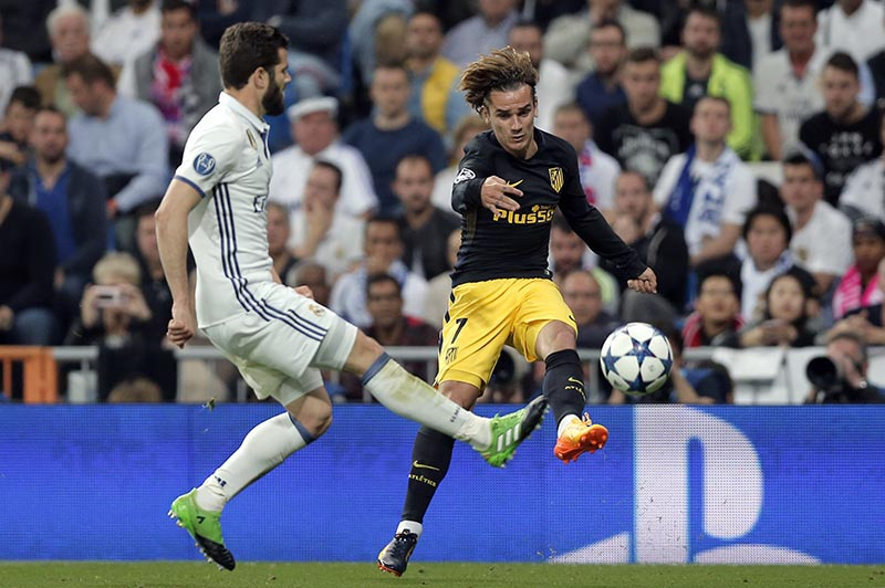 Atletico's Antoine Griezmann (right) vies for the ball with Real Madrid's Dani Carvajal during the Champions League semifinals first leg soccer match between Real Madrid and Atletico Madrid at Santiago Bernabeu stadium in Madrid, Spain, on Tuesday May 2, 2017. Photo: AP