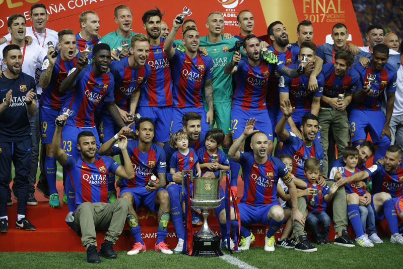 Barcelona team players pose with the trophy after the Copa del Rey final soccer match between Barcelona and Alaves at the Vicente Calderon stadium in Madrid, Spain, on Saturday, May 27, 2017. Photo: AP