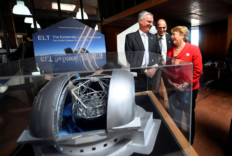Chile's President Michelle Bachelet and Director General of the European Southern Observatory (ESO) Tim de Zeeuw (left) are seen next to a scale model of the world's largest telescope during a ceremony to inaugurate its construction in the desert of Atacama, Chile, on May 26, 2017. Photo: Sebastian Rodriguez/Courtesy of Chilean Presidency/Handout via Reuters