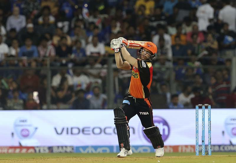 Sunrisers Hyderabad's cricketer David Warner bats during the Indian Premier League (IPL) cricket match against Mumbai Indians in Mumbai, India, on Wednesday, April 12, 2017. Photo: AP
