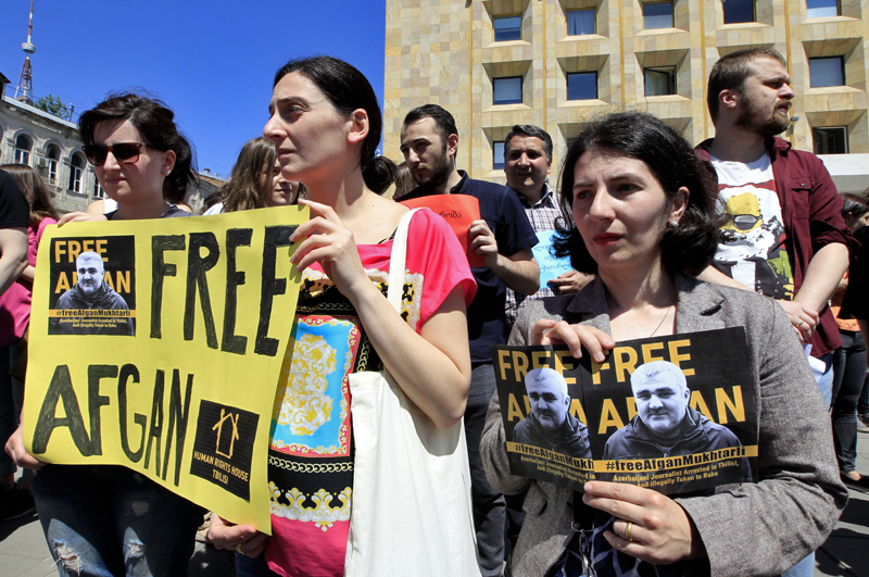 Journalists attend a rally Tbilisi, Georgia, Wednesday, May 31, 2017, to support an Azerbaijani journalist Afgan Mukhtarli, who was abducted in Tbilisi on May 29 and now is in detention in the Azerbaijan capital Baku. Photo: AP