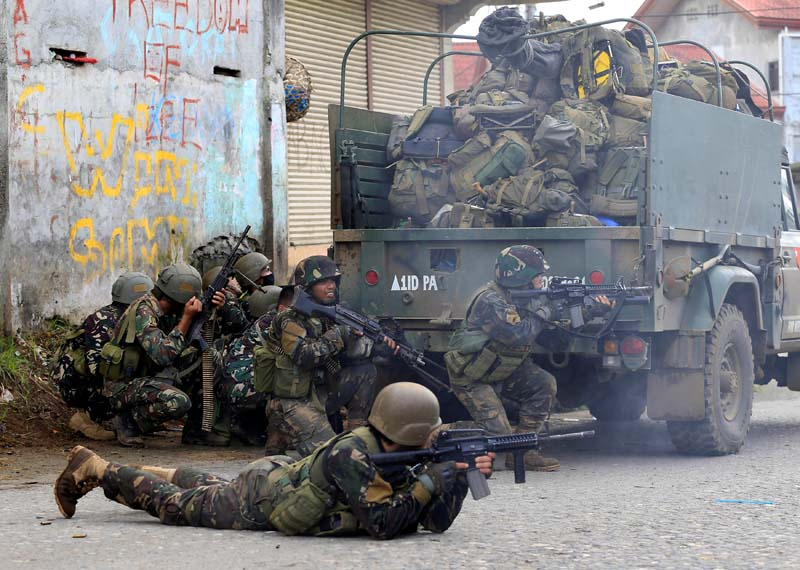 Government troops are seen during an assault on insurgents from the so-called Maute group, who have taken over large parts of Marawi City, in Marawi City, southern Philippines, on May 25, 2017. Photo: Reuters
