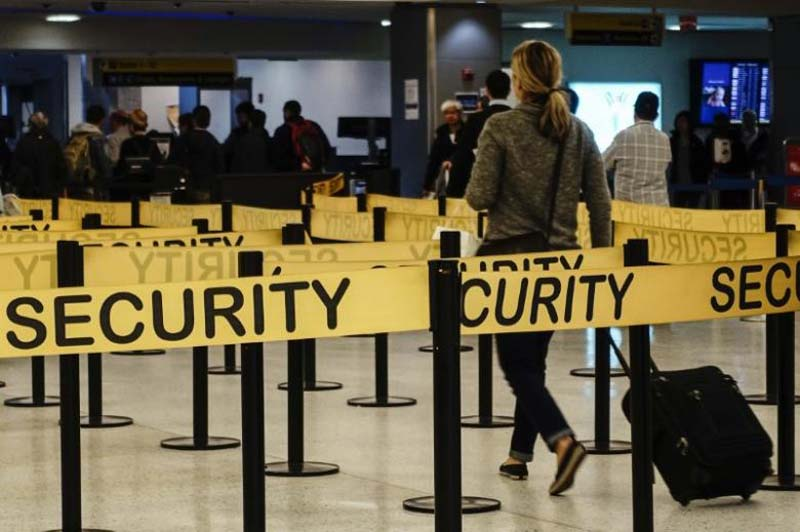 FILE - Passengers make their way in a security checkpoint at the International JFK airport in New York, on October 11, 2014. Photo: Reuters