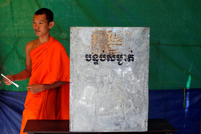 A Buddhist monk casts his vote during local elections in Phnom Penh, Cambodia, on June 4, 2017. Photo: Reuters