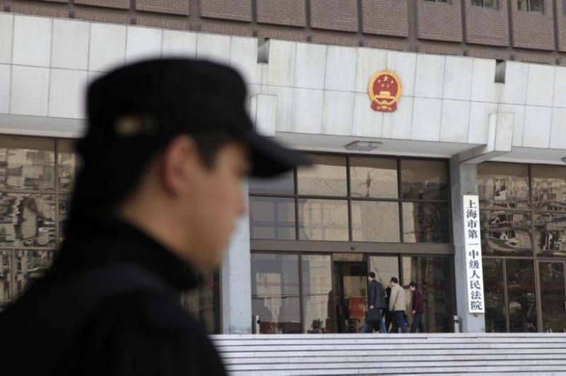 A security personnel stands guard at the Shanghai's No. 1 People's Intermediate Court in Shanghai, on March 29, 2010. Photo: Reuters/ File