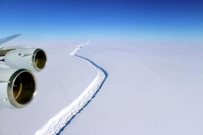 A rift across the Larsen C Ice Shelf that had grown longer and deeper is seen during an airborne surveys of changes in polar ice over the Antarctic Peninsula from NASAu2019s DC-8 research aircraft on November 10, 2016. Photo: Reuters
