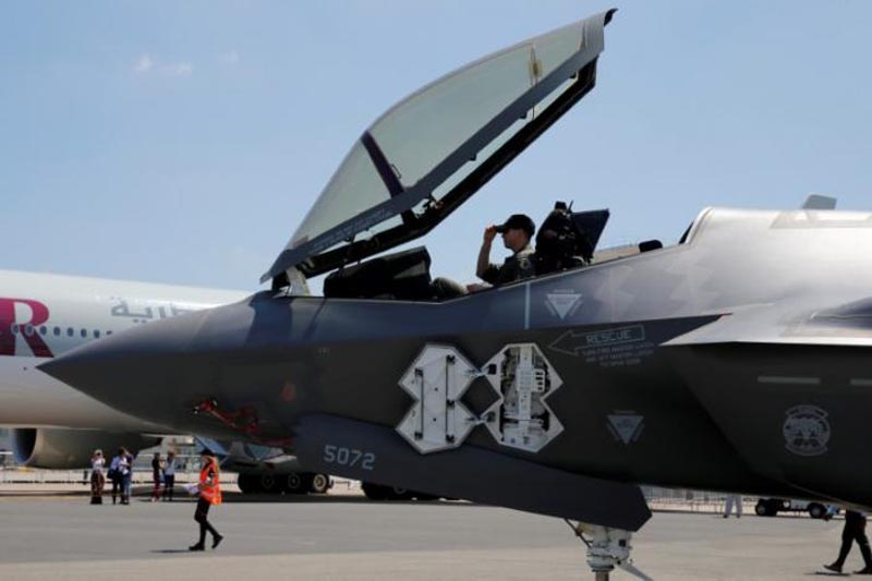 A US soldier adjusts his cap in the cockpit as a Lockheed Martin F-35 Lightning II aircraft is moved on the eve of the 52nd Paris Air Show at Le Bourget Airport near Paris, France, on June 18, 2017. Photo: Reuters