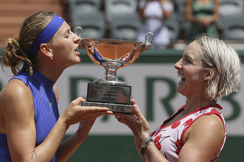 Bethanie Mattek-Sands of the US, right, and Lucie Safarova of the Czech Republic are about tp kiss the trophy after winning the women's doubles final match of the French Open tennis tournament against Australia's Ashleigh Barty and Casey Dellacqua at the Roland Garros stadium, in Paris, France, Sunday, June 11, 2017. Photo: AP