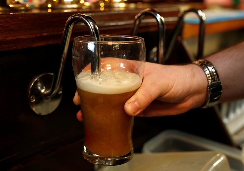 A barman pulls a pint of beer in a pub in Liverpool northern England, November 19 , 2014. Photo: Reuters/ File