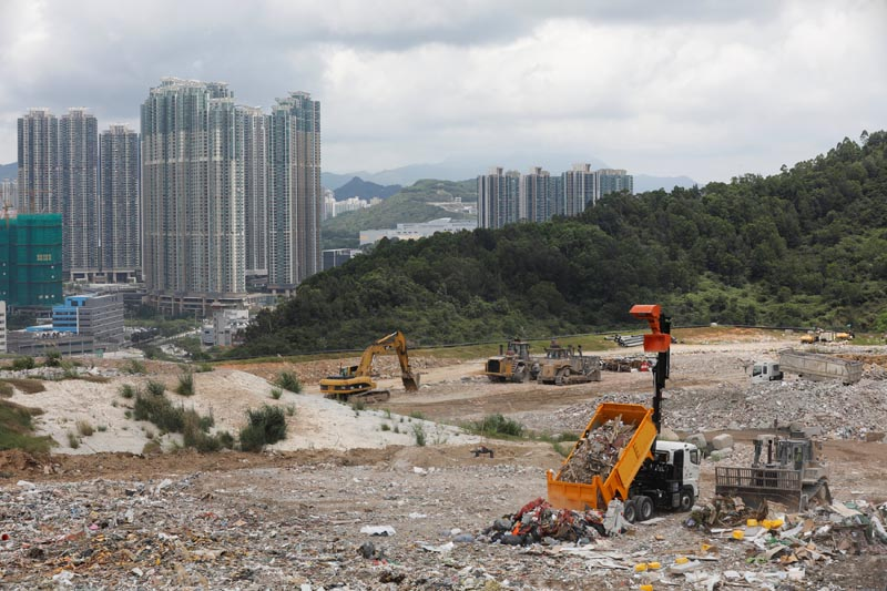 A truck unloads garbage at a landfill at Tseung Kwan O district, in Hong Kong, China, June 9, 2017. Photo: Reuters