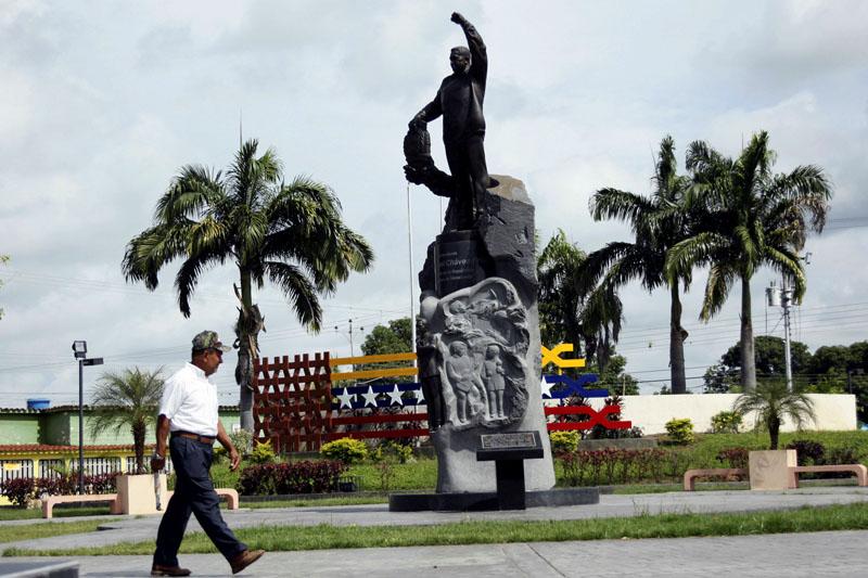 A man walks next to a statue of Venezuela's late President Hugo Chavez in Sabaneta, Venezuela, on June 13, 2017. Photo: Reuters