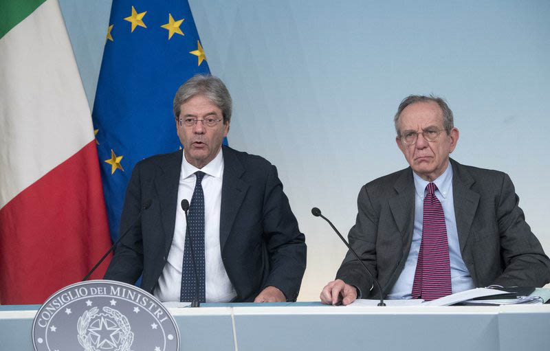Italian Prime Minister Paolo Gentiloni, left, and Italian Economy Minister Pier Carlo Padoan, give a press conference after a cabinet meeting at Chigi Palace in Rome, Italy, on Sunday, June 25, 2017. Photo: AP