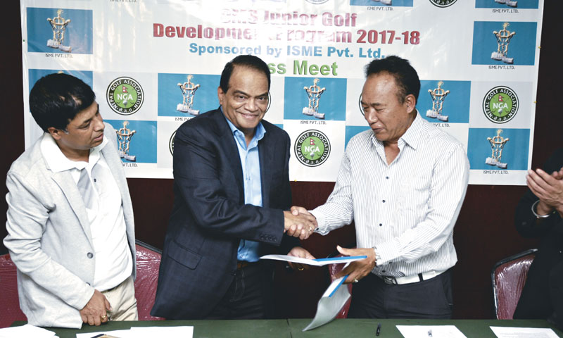 ISME Managing Director Nagender K Pampati and Nepal Golf Association President Tashi Ghale (right) exchange the MoU at a programme in Kathmandu on Sunday, June 11, 2017. Photo: THT